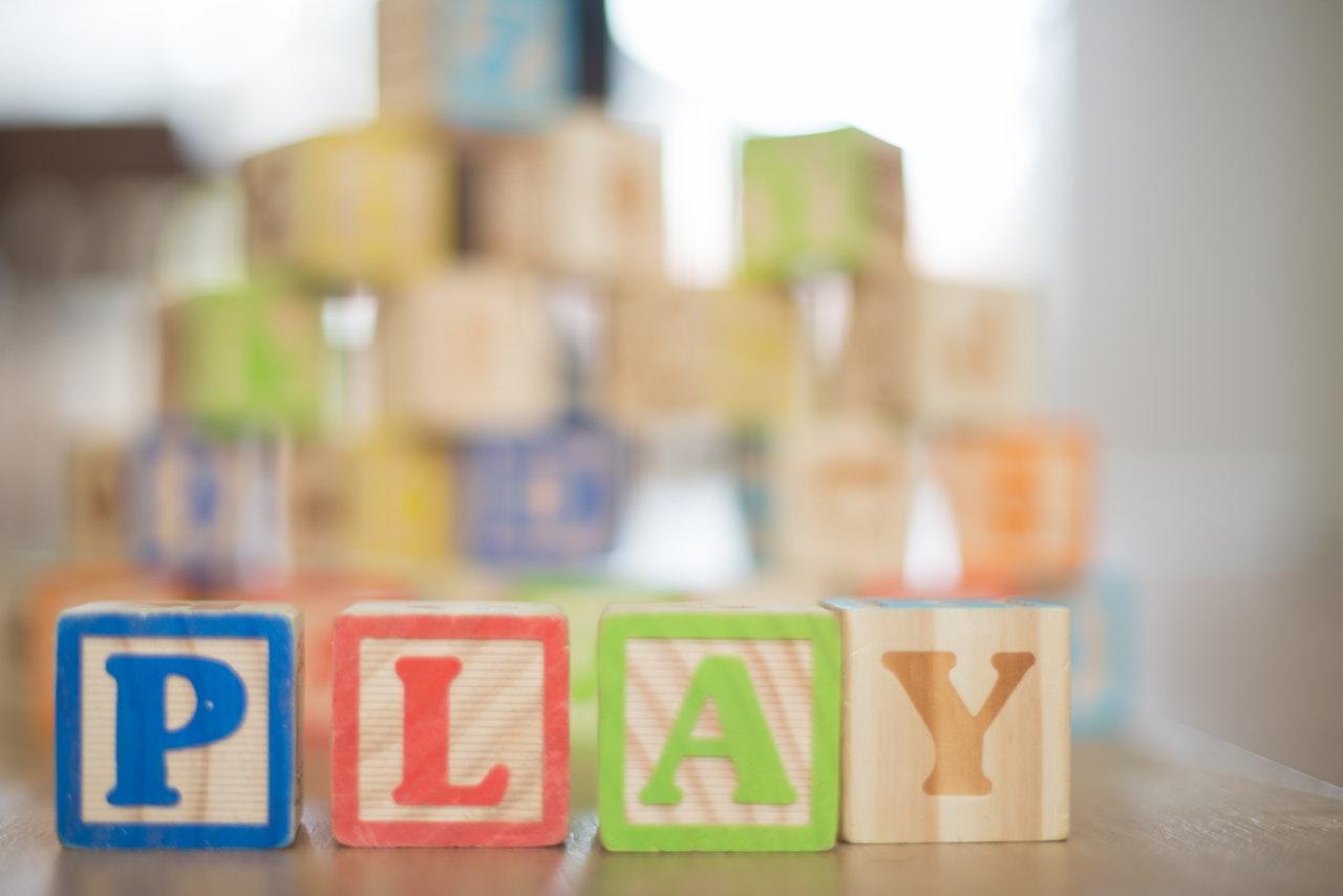 Jakich zabawek dla niemowląt szukać w sklepach z zabawkami?